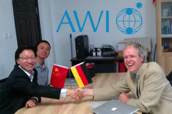 Two unknown Chinese officials, German Gerrit Lohmann, AWI.